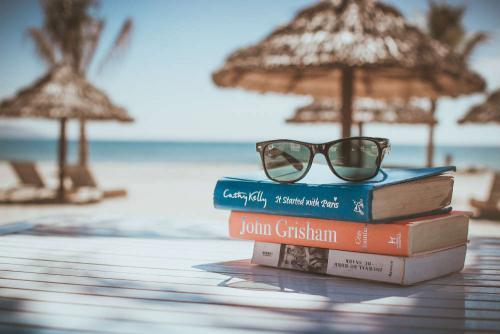 Strand met boek en zonnebril
