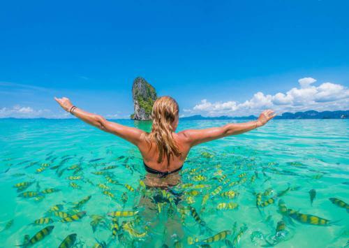 Vrouw in zee Thailand
